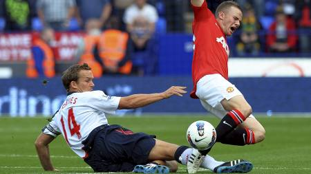 Boltons Kevin Davies takler Manchester Uniteds Tom Cleverley, som sannsynligvis har fått brudd i foten. (Foto: ROBIN PARKER/Epa)