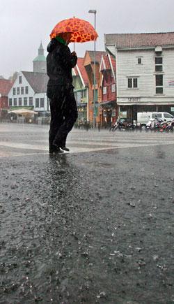 Det holder ikke med liten paraply i Stavanger tirsdag. Fullt regntøy er tingen. (Foto: Alf Ove Hansen / SCANPIX)