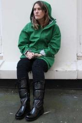 Sterke farger gjør seg på regntøy, og lyser opp hverdagen når   himmelen er grå mener Ida Elise Einarsdottir. Grønn vindjakke fra Helly   Hansen, kr 3299. (Foto: God morgen Norge)