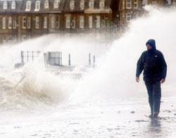 Store bølger og kraftig vind ved Firth of Clyde.
