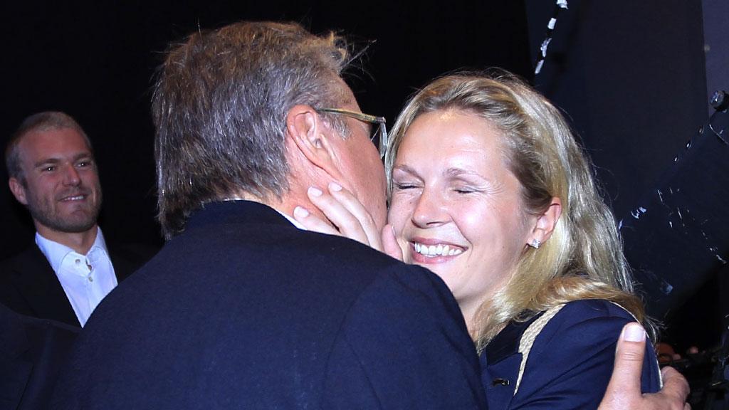 KLINTE TIL: Fabian Stang og kona Catharina Munthe på Høyres valgvake i Oslo mandag kveld. (Foto: SCANPIX)