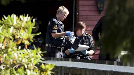 EKSPLOSIVER: Politi utenfor bolighuset ved  Hovland i Larvik der en person ble anholdt etter funn av eksplosiver fredag. (Foto: Robert McPherson/Scanpix)