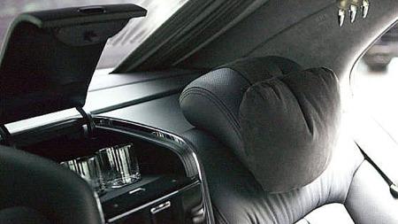 Kjøleskap mellom setene bak kan komme godt med, før man legger seg godt tilbake i de ekstra fluffy moccaskinn-putene og tar en blund. Foto: Porsche Center Oslo