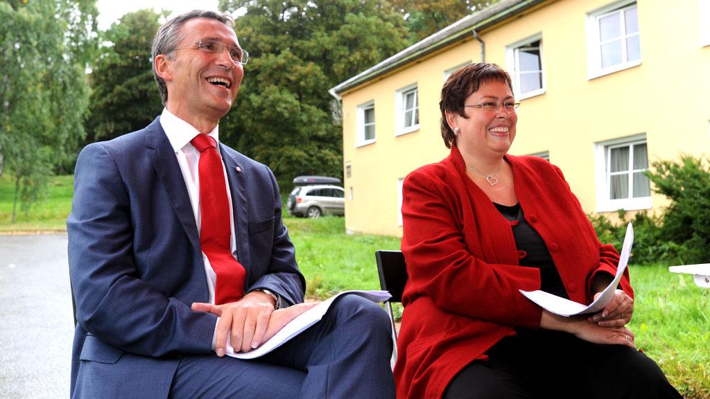 GLISER BREDT: Rita Ottervik, her sammen med Jens Stoltenberg under valgkampen. (Foto: SCANPIX)