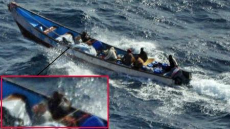 Bildet viser somalske pirater som frakter et fransk kvinnelig gissel til det spanske krigsskipet «Galicia». Mannen hennes var det ikke spor etter. Han skal ha blitt skutt og drept av piratene. (Foto: Spansk marine)