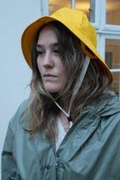 Om regnklærne dine er grå som en regnværsdag kan du lyse opp   dagen med en skinnende sydvest. Sydvest fra Helly Hansen kr 249. (Foto:   God morgen Norge)