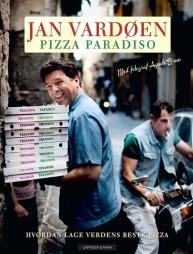 Faksimile av Jan Vardøens pizzabok som inneholder stemningsfulle bilder fra Napoli samt 35 pizzaoppskrifter.  (Foto: Cappelen Damm)