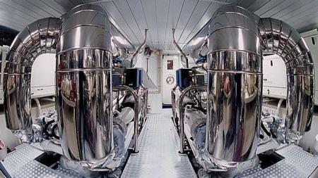 Noen mener at motorrommet i en Alfa Romeo er vakkert og har mye pent som glitrer. Men dette overgår likevel alt vi har sett - både til vanns og til lands. Fra disse motorene hentes det da også fram totalt over 4800 hk.
