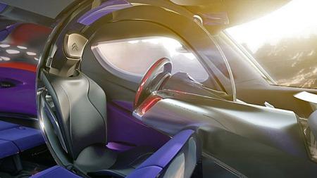 Sete, pedaler, dashboard og et gjennomsiktig felt hvor heads up-displayet projiserer sine data danner til sammen en full sirkel, en slags kuvøse rundt føreren, som avskjermer ham eller henne fra det som ellers skjer i bilen.