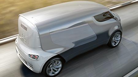 Høye, smale hjul bidrar til lav rullemotstand og følgelig lavt forbruk for diesel-hybriden. Dieselmotoren sitter foran og driver forhjulene, mens elektromotoren driver bakhjulene fra sin plass under stumpen på bilen.