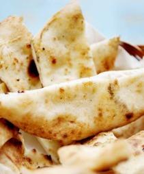 KUVERTFOCACCIA: Har du pizzadeig til overs? Ha på olivenolje. Stek focacciaen i ovnen på full guffe i 2-3 min. Strø på salt og bladpersille og del opp i tykke remser.  (Foto: Agnete Brun)