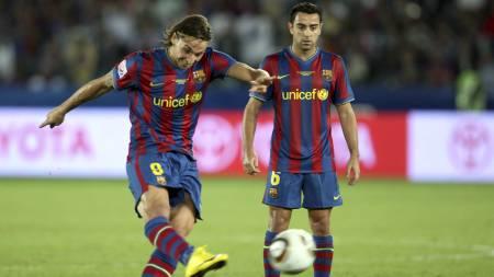 SPILTE SAMMEN: Zlatan Ibrahimovic og Xavi spilte sammen i Barcelona. (Foto: Hassan Ammar/AP)