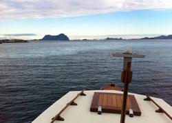Det er ennå ikke for sent til en båttur. Dette bildet ble tatt   lørdag på vei gjennom Solund i Sogn og Fjordane. Fjellet til venstre   er Alden. (Foto: Ronald Toppe)