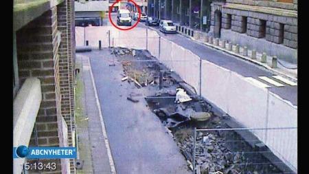 Bombebilen stanser utenfor Fiskeridepartementet, Breivik setter på varselblink. Bilen står i ro i nærmere to minutter. (Foto: Gjengitt med tillatelse fra ABC Nyheter)