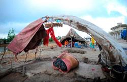 Mange bor i telt eller enkle skur. (Foto: AFP PHOTO / ASIF HASSAN)
