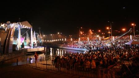 ENORMT: Bogdan holdt storslått konsert på plassen foran parlamentet i Bucuresti. (Foto: Yngve Henriksen)