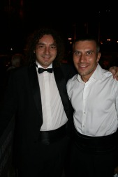 BERØMT: Bogdan Ota sammen med den verdenskjente dirigenten Tiberiu Soare. (Foto: Yngve Henriksen)