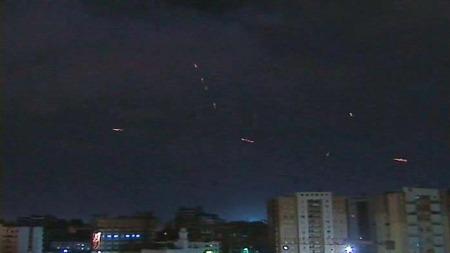 NATTKIKKERTER: Bildet viser Gaddafi styrker skyte mot angripende vestlige bombefly.  Samtidig vet vi at i fjor solgte Norge lysforsterkingsutstyr til Libya ¿ altså noe for å se bedre i mørket. Det fremgår av stortingsmelding nummer 25.  (Foto: TV 2)