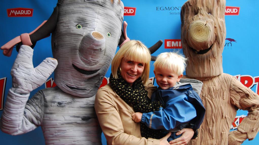 BARNEFEST: Kristin Skogheim med sønnen Aksel (4) på Knerten-fest. (Foto: Tv 2)