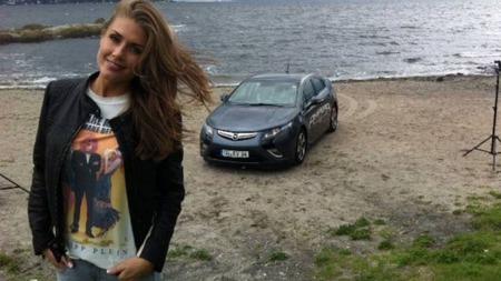 Mye dame - og bilen i bakgrunnen. Slik presenterte Opel Norge Ampera da den kom på markedet. Det var kanskje ikke så smart ..? (Foto: Opel)