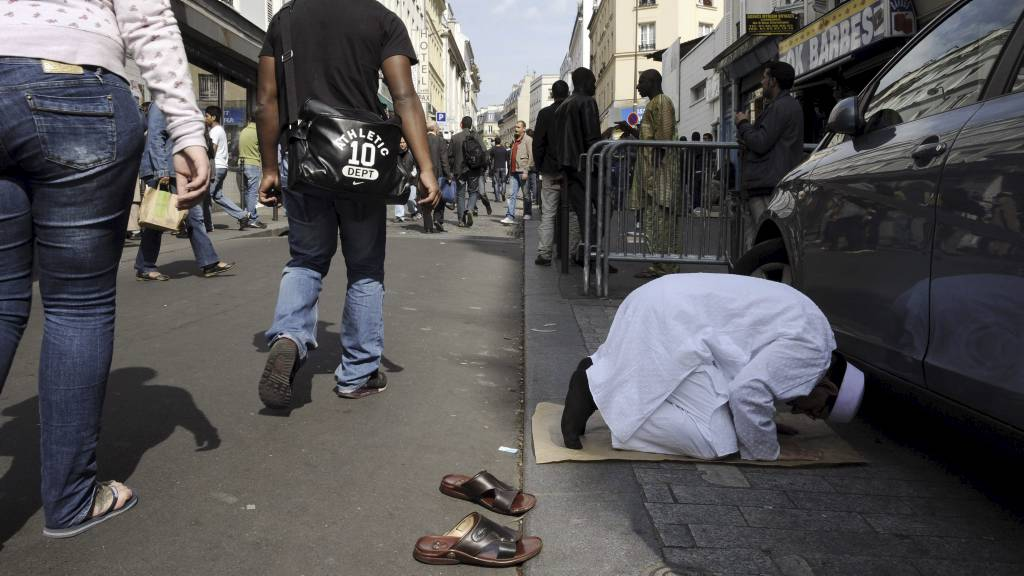 FORBYR GATEBØNN: Frankrike innførte fredag forbud mot gatebønn, noe som rammer tusenvis av troende muslimer som ikke får plass i de overfylte moskeene. (Foto: BERTRAND GUAY/Afp)