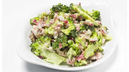 Løk- og brokkolisalat (Foto: Nucleus AS)