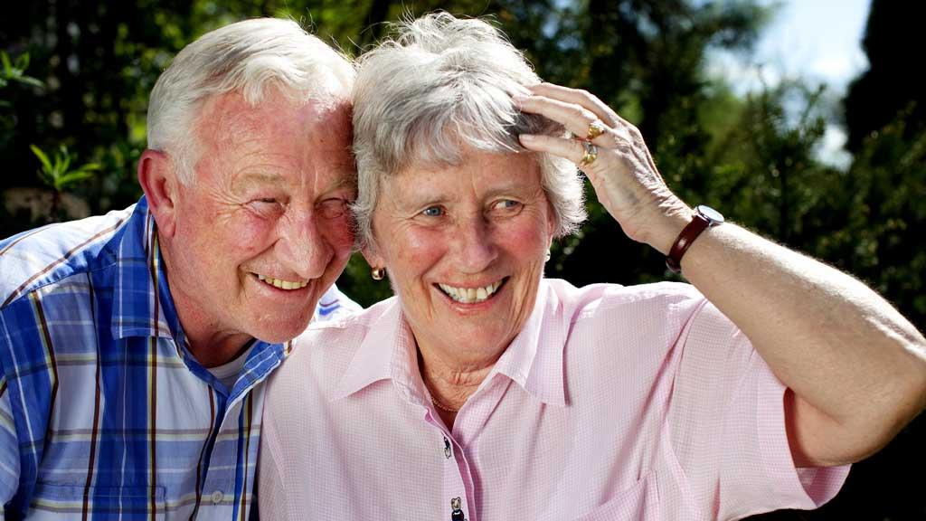 Ekteparet Rolf og Inger Lise Gustavsen fikk en helt annen aldersdom enn planlagt da Inger Lise fikk diagnosen Alzheimer da hun var 58 år.  (Foto: Paul Audestad)
