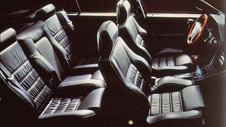 Elegansen fra utsiden fortsatte inni Alfa Romeo 164. Italienerne beviste at det ikke bare er på supersportsbiler de virkelig koser seg med fint skinn og god sidestøtte.