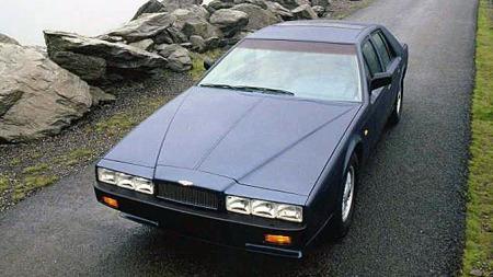 Den både var og er ulik alt annet, Aston Martin Lagonda, som ble produsert i rundt 650 eksemplarer mellom 1976 og 1990 - her en av de 105 siste Series IV-bilene uten vippelykter.