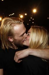 FINALEPLASS: Fredrik Bergersen Klemp gav kjæresten Pia Wulff-Nilsen fikk et stort kyss på scenen etter direktesendingen. (Foto: Roger Fosaas Stella Pictures, ©ps)