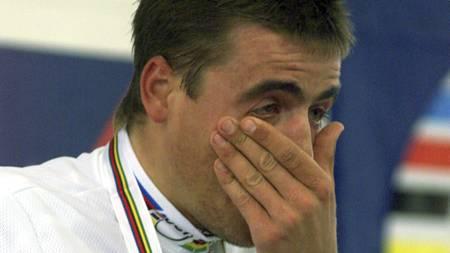 Romans Vainsteins var rørt til tårer etter at han ble verdensmester i sykling i 2000. (Foto: LAURENT REBOURS/AP)