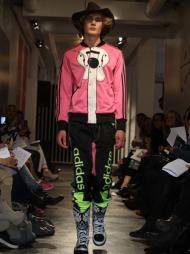 HELLO, I'M NOT JOHNNY CASH: Jeremy Scott x Adidas Originals byr på cowboyjoggedresser med humoristiske print i vår- og sommerkolleksjonen 2012.