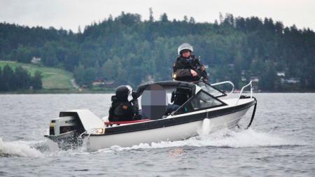 FIKK IKKE ORDRE OM Å DRA TIL UTØYA: De to første politibetjentene som rykket ut til Utøya 22. juli, fikk ikke ordre om å dra til øya der Anders Behring Breivik var i gang med massakren. (Foto: VEGARD M. AAS / PRESSE30.NO)