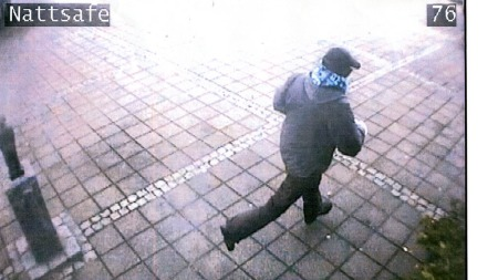 LØPER FRA BANKEN: Overvåkningsbildet viser raneren i det han   løper vekk fra banken under ranet på Vigeland. (Foto: Overvåkningskamera,   Sparebanken Pluss, Vigeland.)