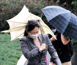 Vinden og regnet merkes godt i Tokyo onsdag morgen. (Foto: AFP PHOTO / Yoshikazu TSUNO)