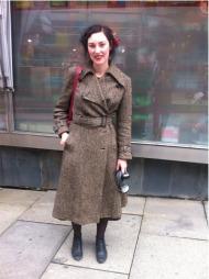 SE MIN KÅPE: Pernille sverger til kåpen fra UFF. Den har holdt henne varm gjennom 3 vintere, og sikkert mange før det.
