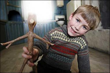 Lillebror har fantasivennen sin Knerten i filmene om Knerten. (Foto: Cornelius Poppe)