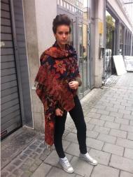 HØSTFARGER: Fannie Lorant kler seg i høstens farger med stort sjal fra India.