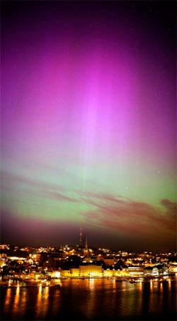 Nordlys over Arendal, tatt tirsdag kveld rundt 21.30. (Foto: Endre Wang Johannesen)
