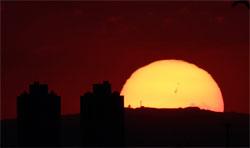 Solflekkene der utbruddet skjedde er så store at de er synlige på dette bildet tatt fra Brasil mandag. (Foto: Fabiano Belisário Diniz / spaceweather.com)