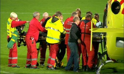 Brann-spiller Carl-Erik Torp løftes inn i luftambulansen som hentet ham på Fosshaugane Campus etter at han kollapset i kampen mot Sogndal. (Foto: TV 2)