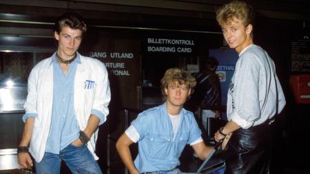 A-ha fotografert på Fornebu lufthavn 27. august 1985. Fra v.: Morten Harket, Magne Furuholmen og Paul Waaktaar. (Foto: Bjørn Sigurdsøn/Scanpix)