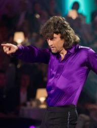 LITT TRAVOLTA: Lars Bohinen stilte i lilla skjorte og 70-tallsparykk   for anledningen . (Foto: Glenn Svendsen, ©ps)