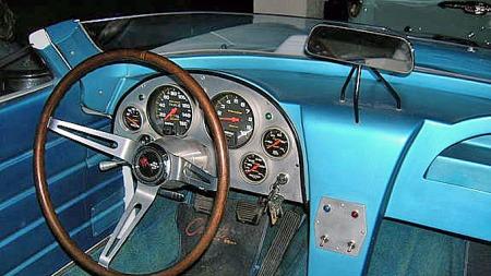 Førerplassen i en Corvette Grand Sport var ulik alt annet, og et spennende miljø allerede før man vred om nøkkelen. Replikaen er foruten instrumentenes opphav en tro kopi av originalen. Foto: Privat