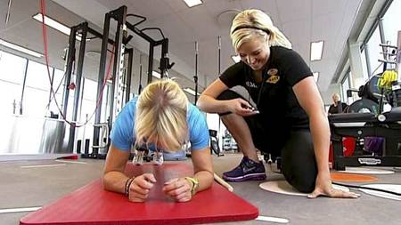 FYSISKE TESTER: TV 2 Sporty-ekspert Anne Marte H. Sneve tester her hvor lenge Charlotte Carlander (43) klarer å holde plankeøvelsen. (Foto: Nina Kausland/TV 2/)