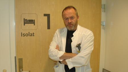 SVÆRT DÅRLIGE: Overlege Øystein Fluge forteller til tv2.no at flere av ME-pasientene de møter er like dårlige som kreftpasienter er på slutten av livet. Da tv2.no treffer «Gunnar» ligger han i mørket på isolat på Haukeland sykehus.   (Foto: Barbro Eikesdal/ TV 2)