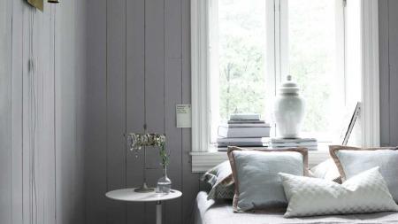 Dette rommet har en lys gråblå tone. Det er en farge som ofte assosieres med ord kjølig, avslappende, kjærlighet og vennskap. (Foto: Fargerike Norge)