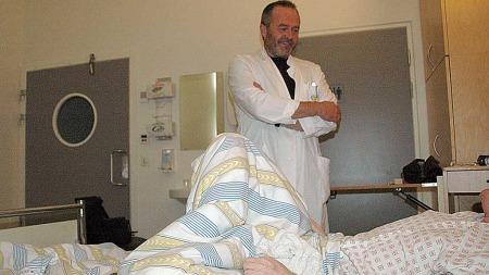 HAR FORTSATT HÅP; MEN TØR IKKE TRO: «Gunnar» ligger på isolat på Haukeland sykehus. Han håper at medisinen han får kan hjelpe ham etter å ha levd med ME i tre tiår.  (Foto: Barbro Eikesdal/ TV 2)