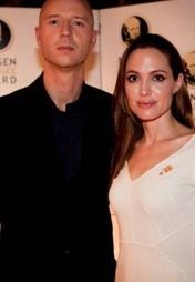 Sivert Høyem skrev låta Prisoner of the Road for Flyktninghjelpen i fjor. Mandag stilte han opp sammen med FNs høykommissær for flyktninger sin ambassadør, Angelina Jolie, for å hedre vinneren av Nansenprisen 2011.