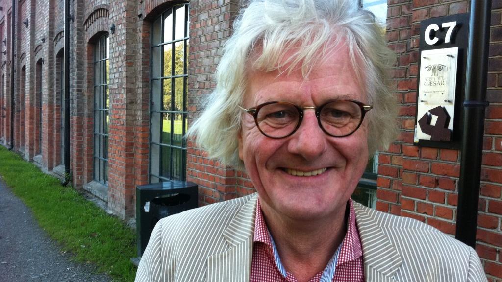 Per Inge Torkelsen er i disse dager på «Hotel Cæsar»-settet for å gjøre en gjesterolle som storrøykeren Conrad. (Foto: Tore Waskaas)